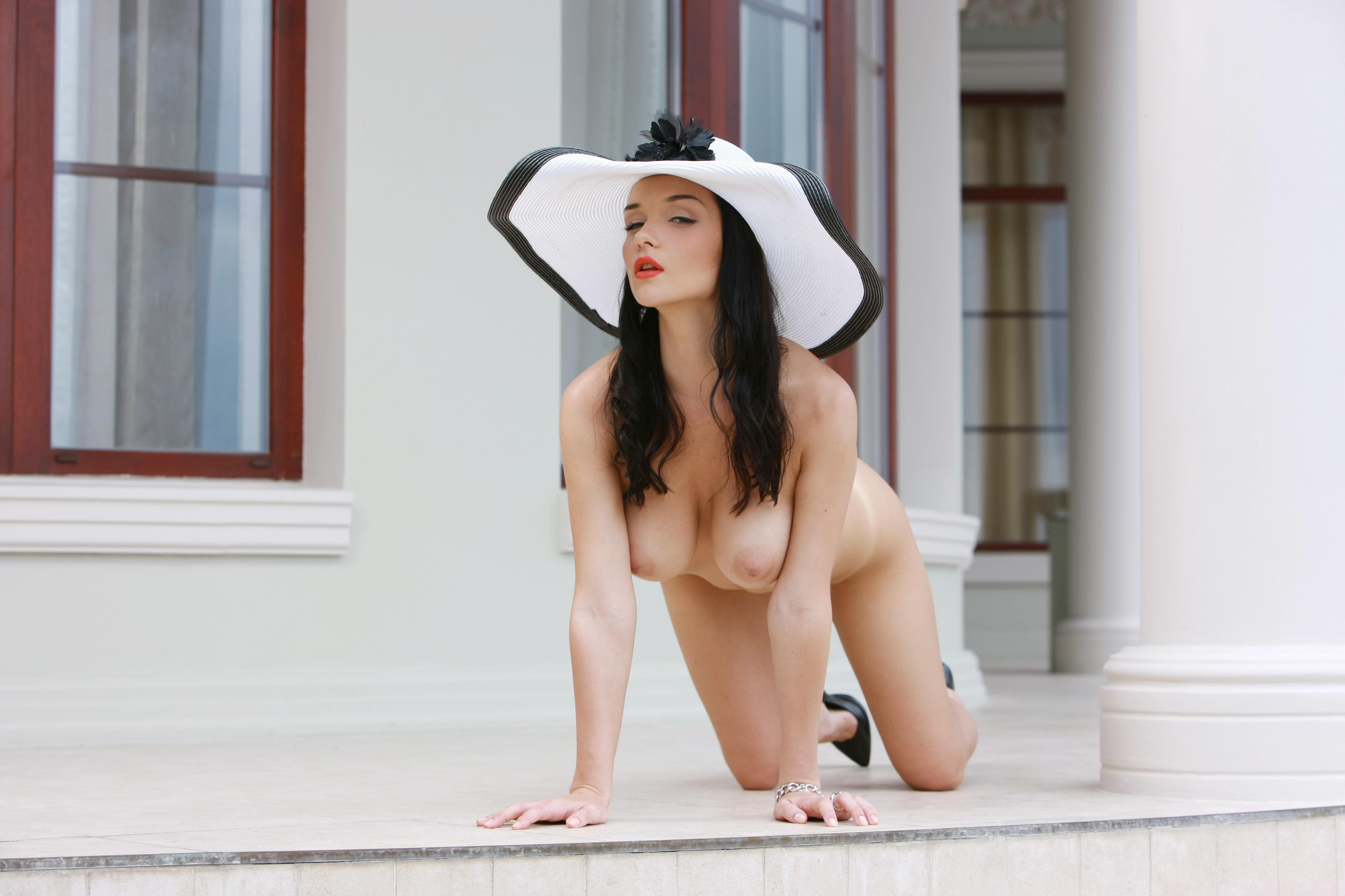 Девушки в одних шляпках